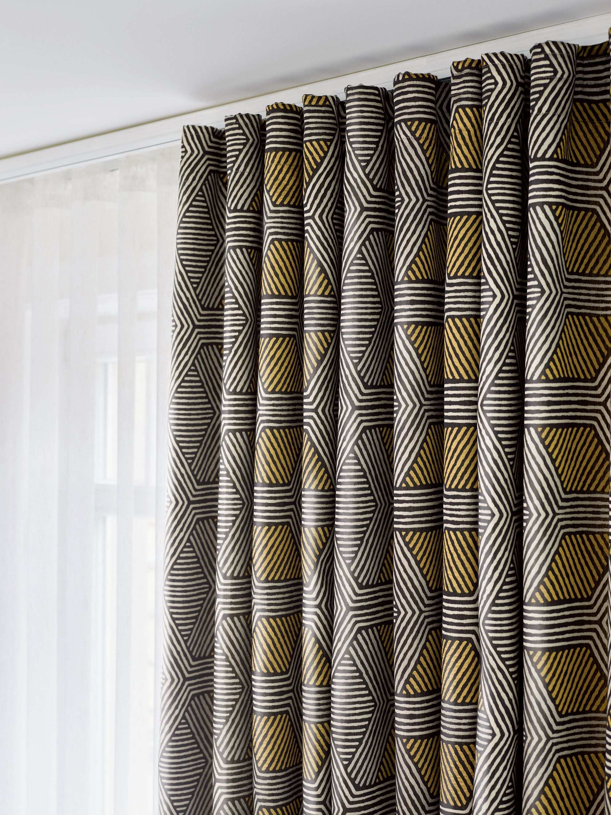 Ado Goldkante Knows How To Set A Highlight In Your Home With Its Geometrical Design This Fabric Expresses A Quirky Bu Gardinen Polsterstoffe Fensterdekoration