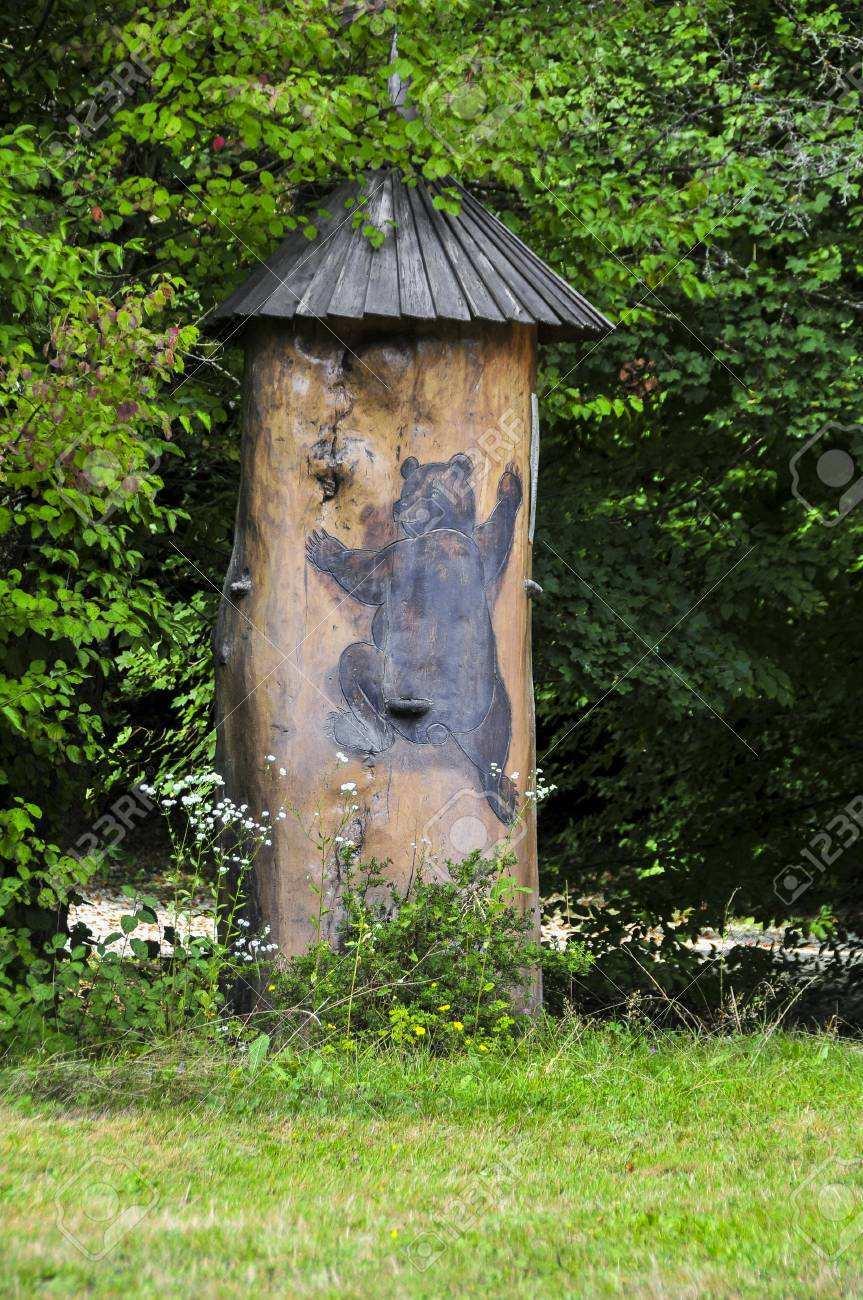 Traditionelle Bunte Und Malerische Bienenstock Aus Holz Bee Aus Baumstamm Und Einem Baren In Slowenien Gemalt Die Bienenstocke Sind Bemalt Die Bienen Zu Ermoglichen Ihre Bienenstocke Zu Finden Lizenzfreie Fotos Bilder Und