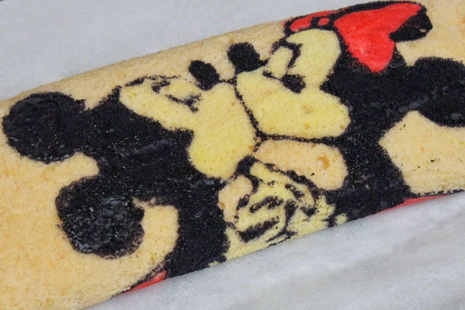 Biskuitrolle Rezept Mit Weisser Schoko Fullung Mickey Minnie Mouse Biskuitrolle Biskuitrolle Biskuitrolle Rezept Biskuitrolle Mit Muster