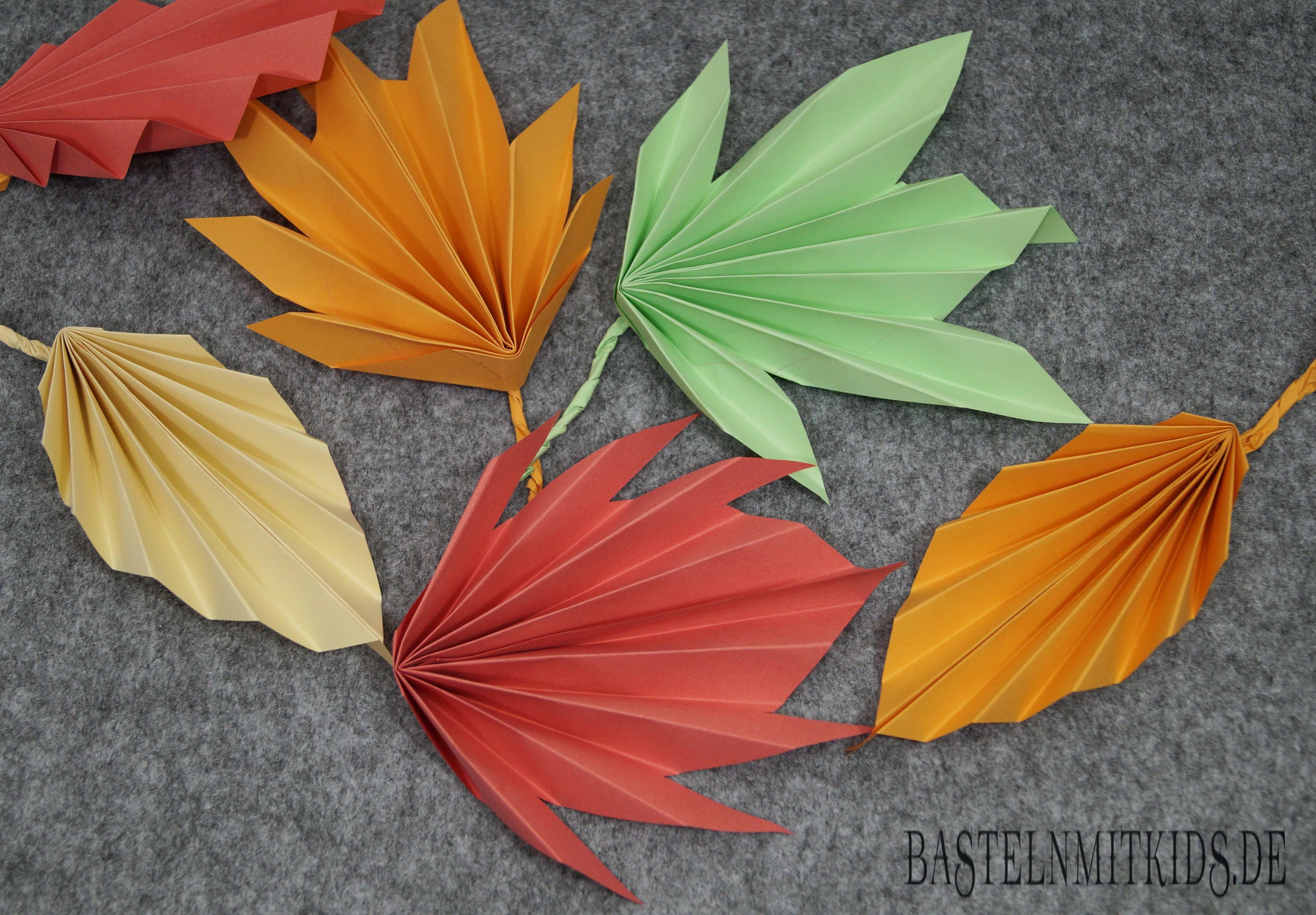 Papier Falten Fur Bunte Herbstblatter Basteln Mit Kindern Basteln Herbst Papier Falten Herbstlaub