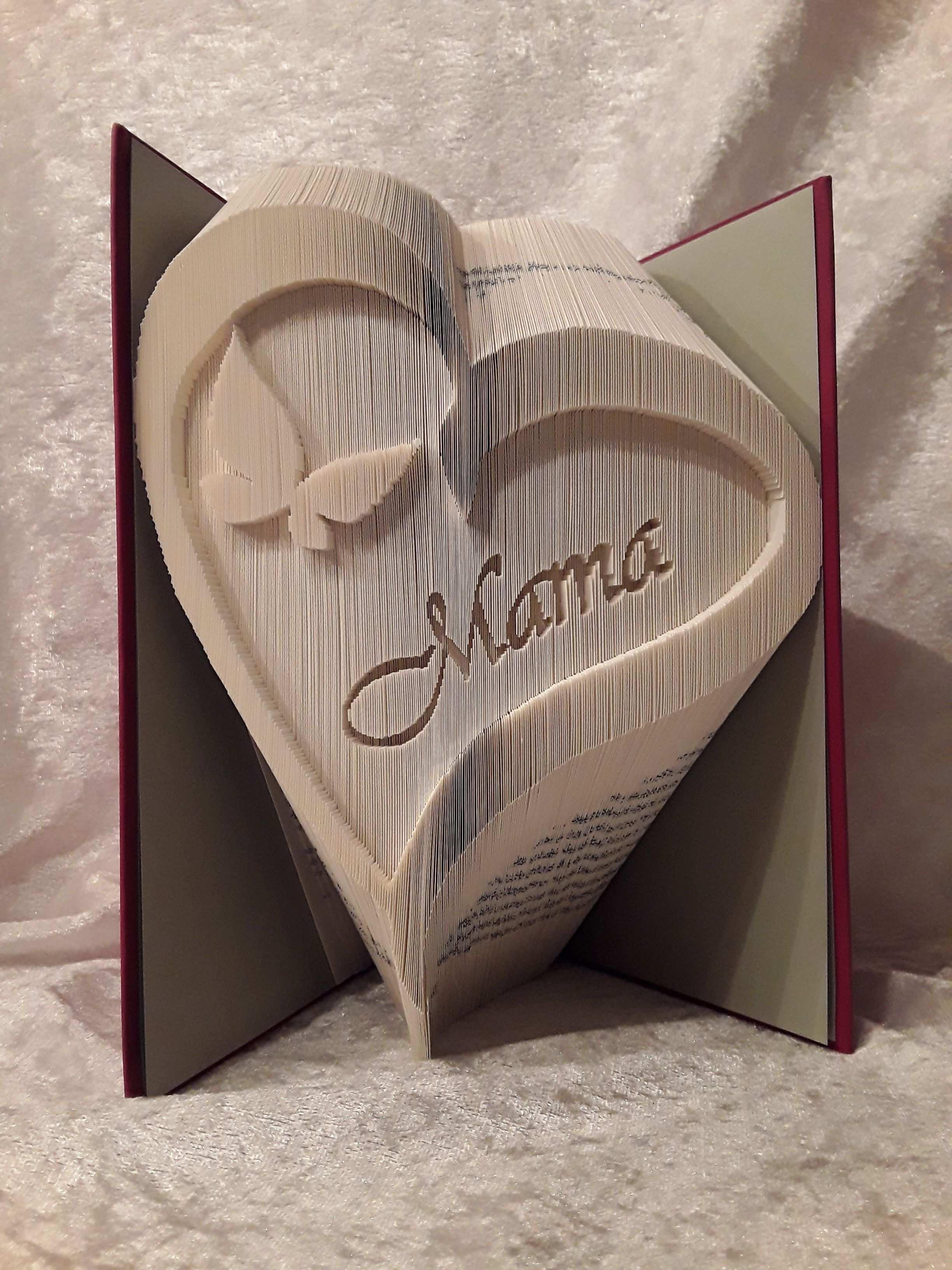 Dieses Buch In Form Eines Herz Mit Dem Schmetterling Und Dem Namenszug Mama Ist Kein Einfache In 2020 Bucher Falten Vorlage Selbstgemachte Geschenke Mama Bucher Falten