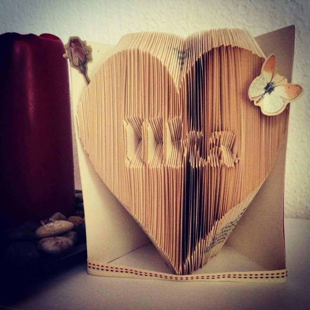 Eine Einfach Erklarte Anleitung Zum Bucher Falten Ein Herz Mit Namen In Ein Altes Buch Falten So Gehts Bucher Falten Falten Anleitungen
