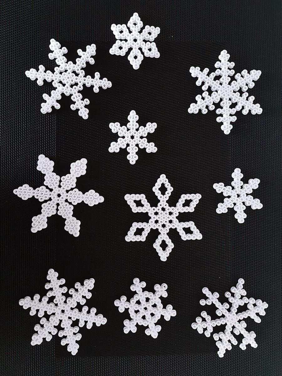 Schlichte Weihnachtsdeko Selbstgemacht Mit Bugelperlen Schritt Fur Schritt Bas Basteln Mit Bugelperlen Weihnachten Basteln Bugelperlen Schneeflocken Basteln