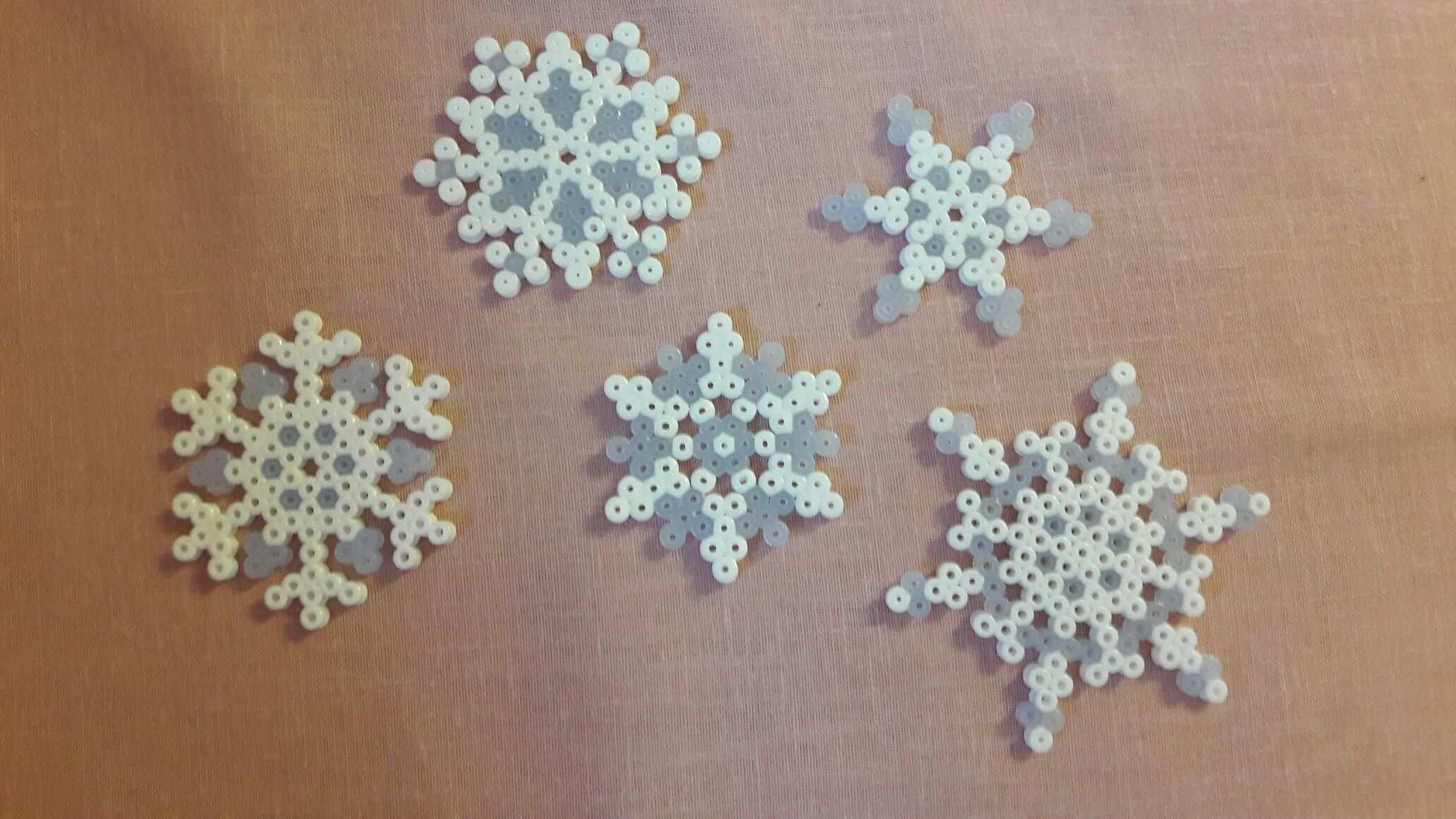 Bugelperlen Weiss Blaue Schneeflocken Bugelperlen Basteln Bugelperlen Bugel