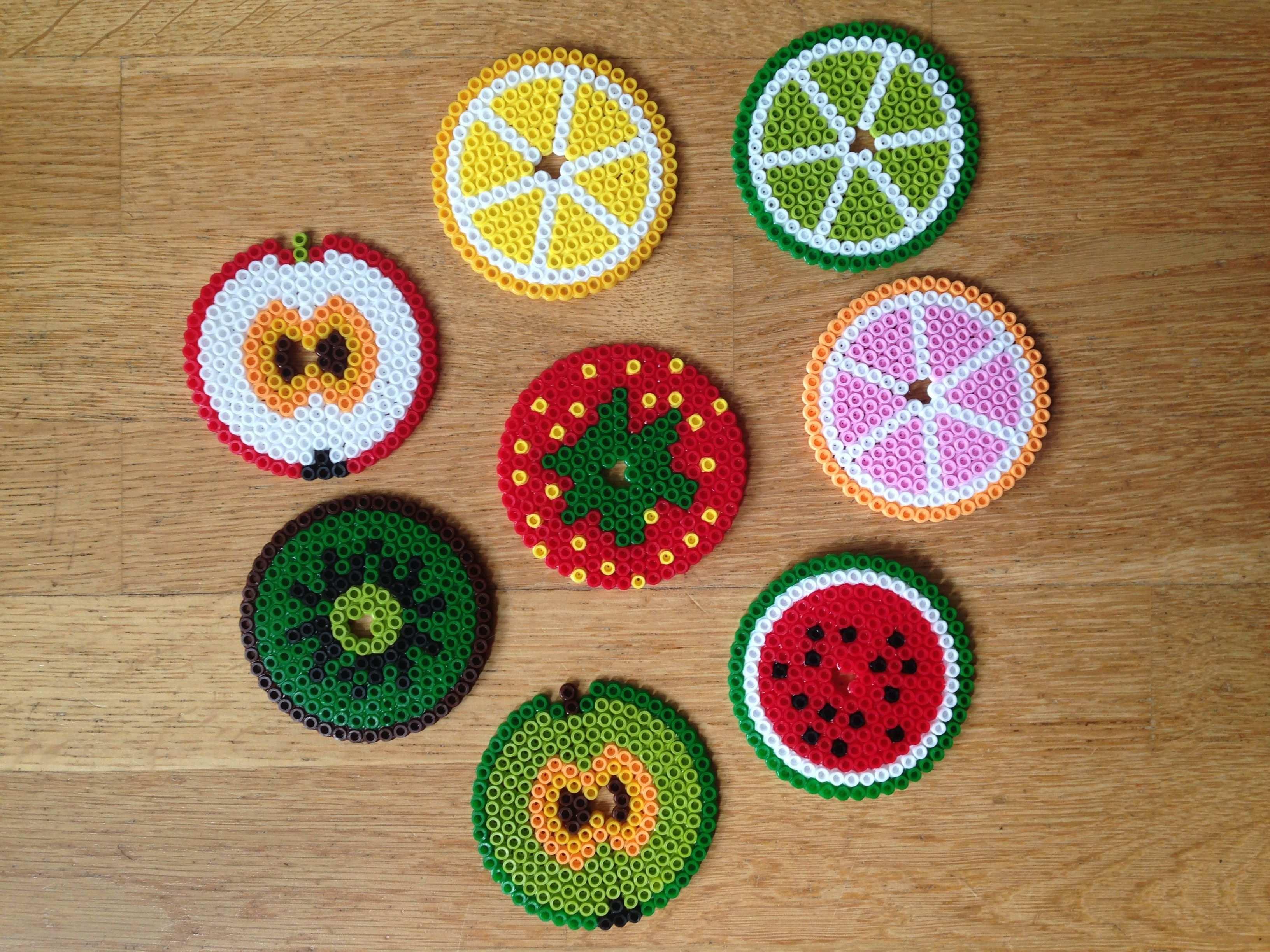 Glaser Deckel Fruchte Aus Bugelperlen Mit Trinkhalm Loch Hama Beads Fruit Coasters Fur Picknick Eisenperlen Basteln Bugelperlen Ostergeschenke Selber Basteln