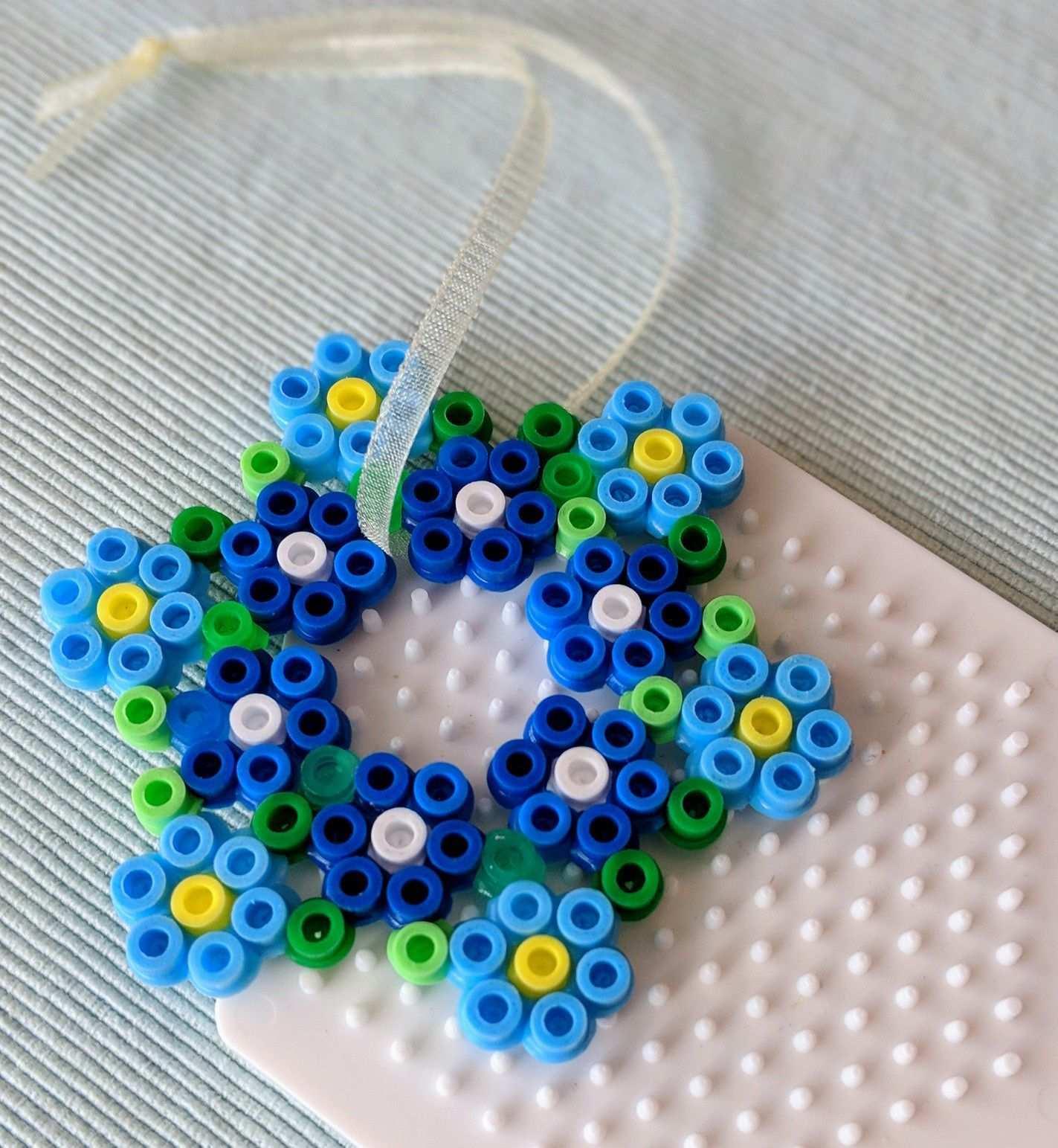 Bugelperlen Kleiner Kranz Blaue Blumchen Eisenperlen Basteln Bugelperlen Perler Bead Designs