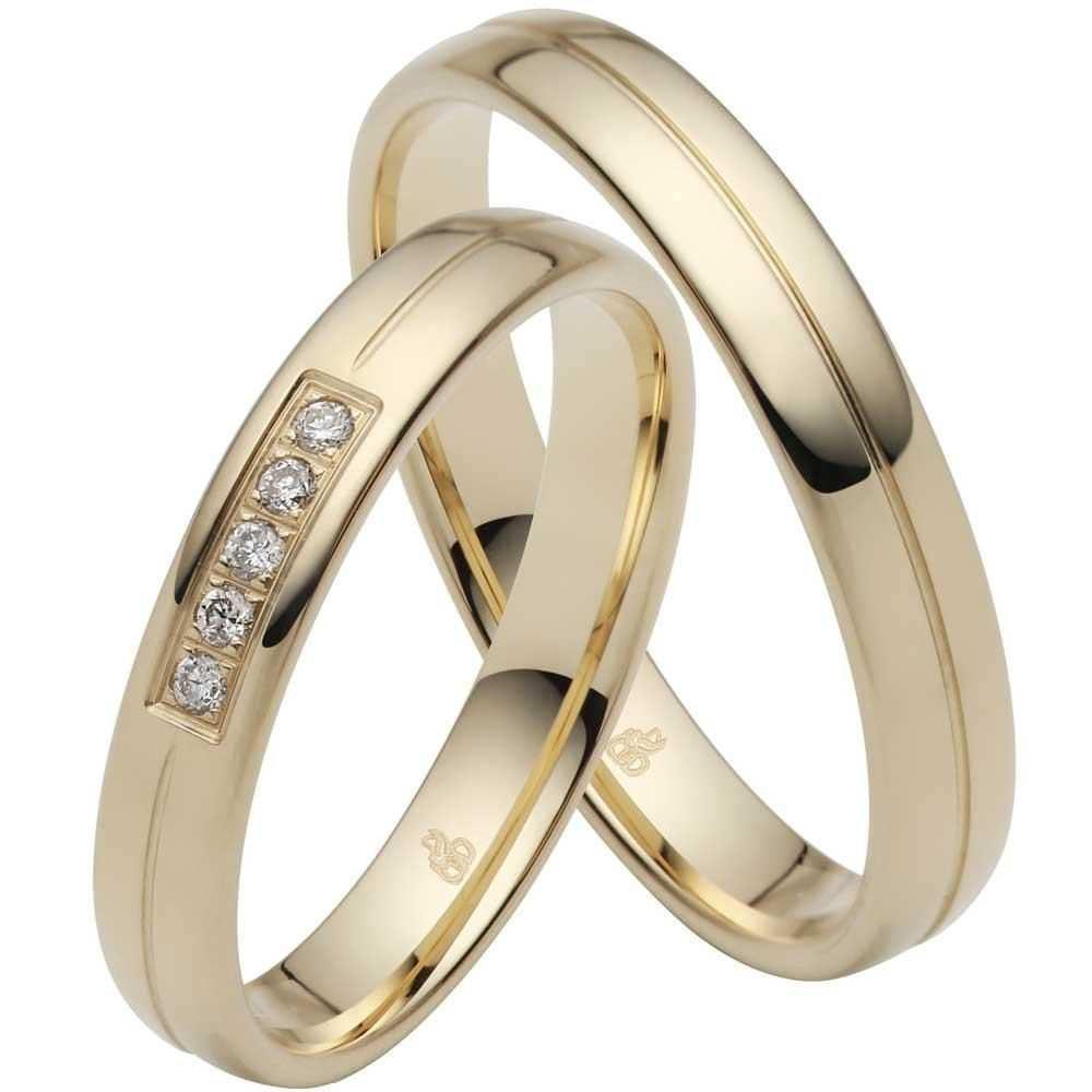 Trauringe Aus Gelbgold Mit 5 Mittig Gefassten Brillanten In 2020 Manner Ringe Ringe Verlobungsring Gravur