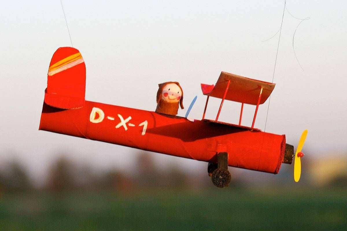 Mit Dem Selbst Gebastelten Schon Bemalten Flugzeug Aus Papier Hebt Ihr Kind Ab An Einem Nylonfaden Befestigt Fli Flugzeug Basteln Basteln Basteln Mit Kindern