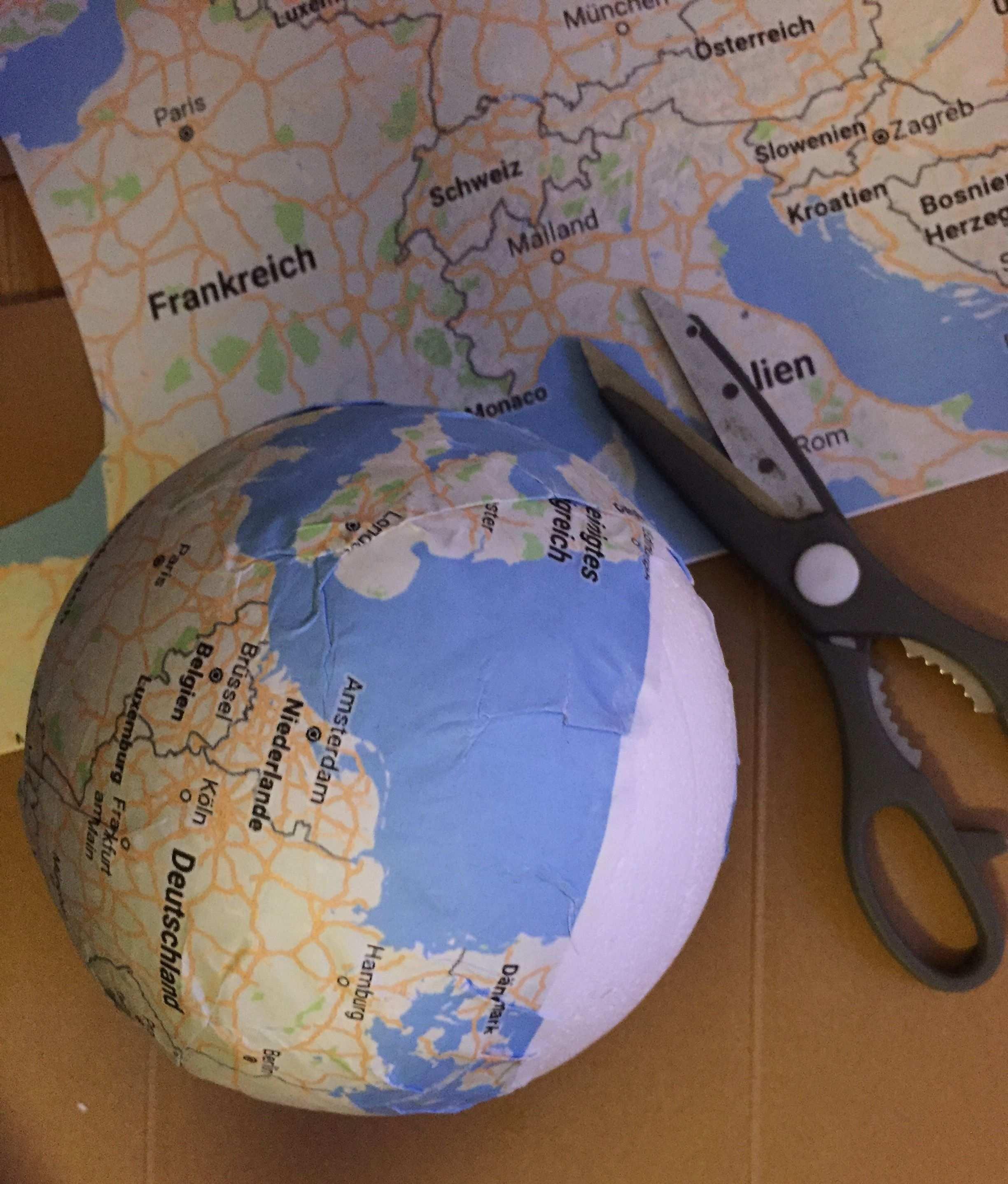 Reisegutschein Basteln Weltkugel Aus Styropor Mit Weltkarte Bekleben Und Dekorieren Reisegutschein Basteln Spardose Basteln Gutschein Geburtstag