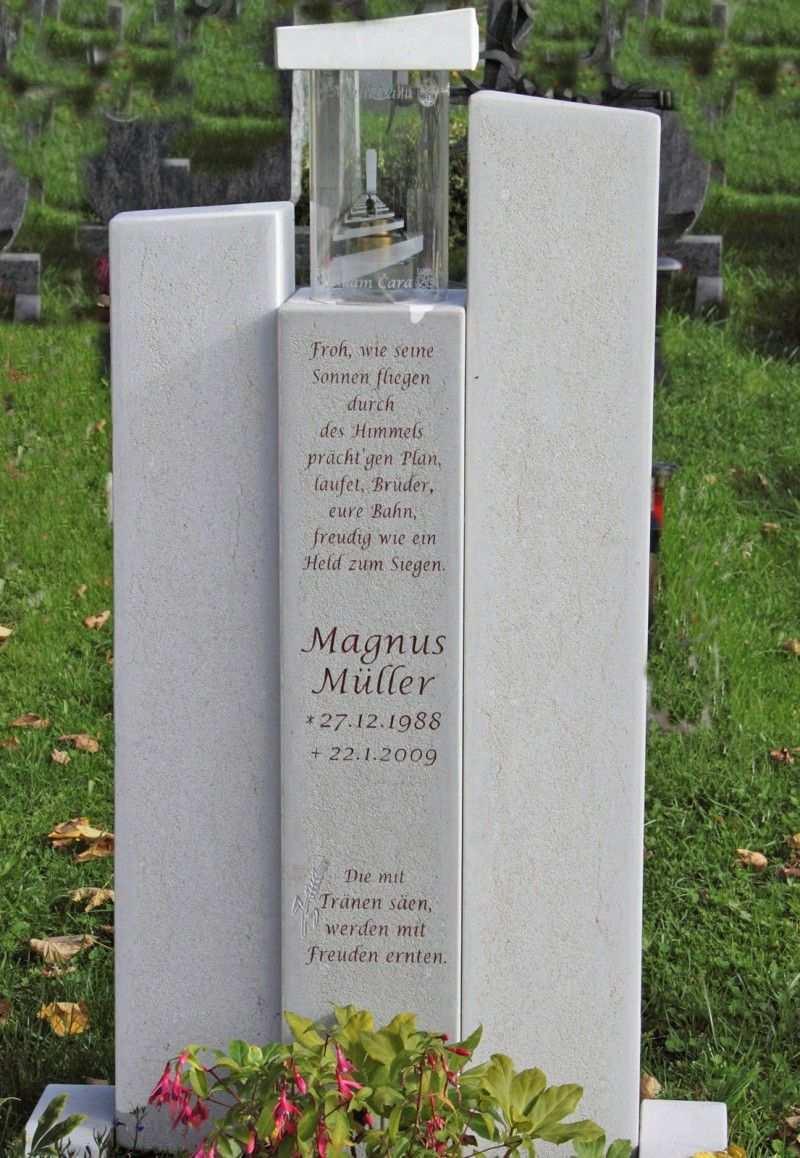 Grabstein Mit Schoenem Spruch Und Mit Eine Grablampe Grabstein Urnengrabsteine Steine