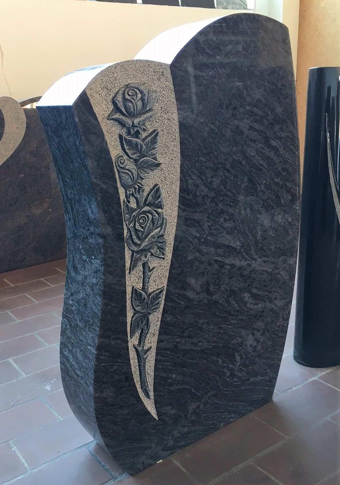 Klassischer Grabstein Mit Aussergewohnlich Schonen Rosenornamenten Der Stein Ist Aus Orion Granit Die Vom Bildhauer Tombstone Designs Cemetery Art Headstones