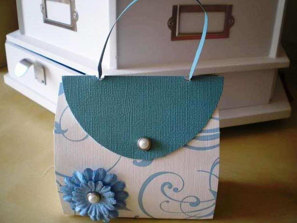 Handtasche Aus Pappe Als Geschenkverpackung Kostenlose Vorlage Und Schritt Fur Schritt Bildanleit Basteln Mit Papier Vorlagen Geschenke Verpacken Handtaschen