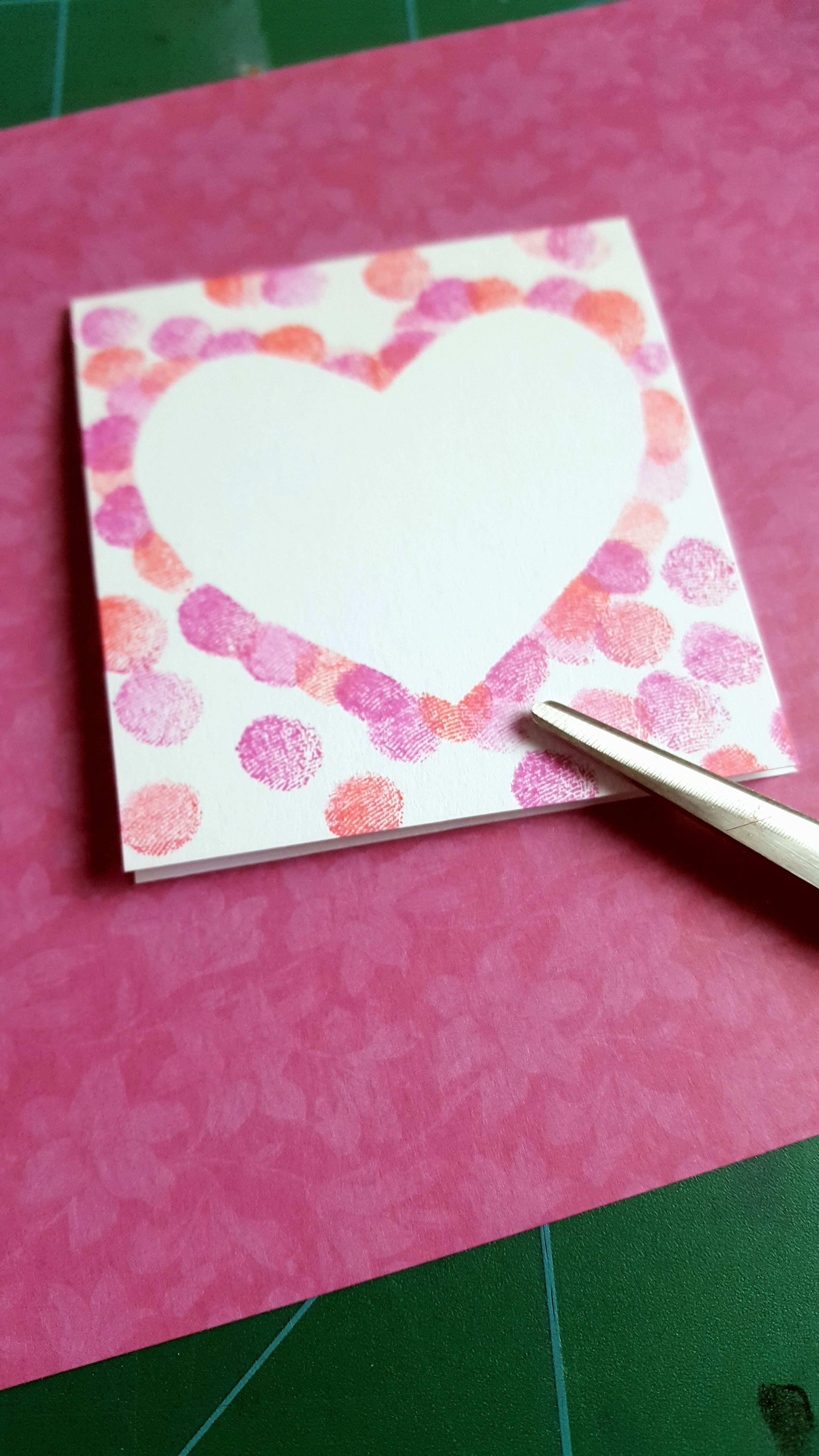Einfache Karten Mit Gestempeltem Herz Aus Fingerfarben Ganz Leicht Mit Kindern Zu Basteln Basteln Einfache Fing In 2020 Simple Cards Diy Anniversary Diy Painting
