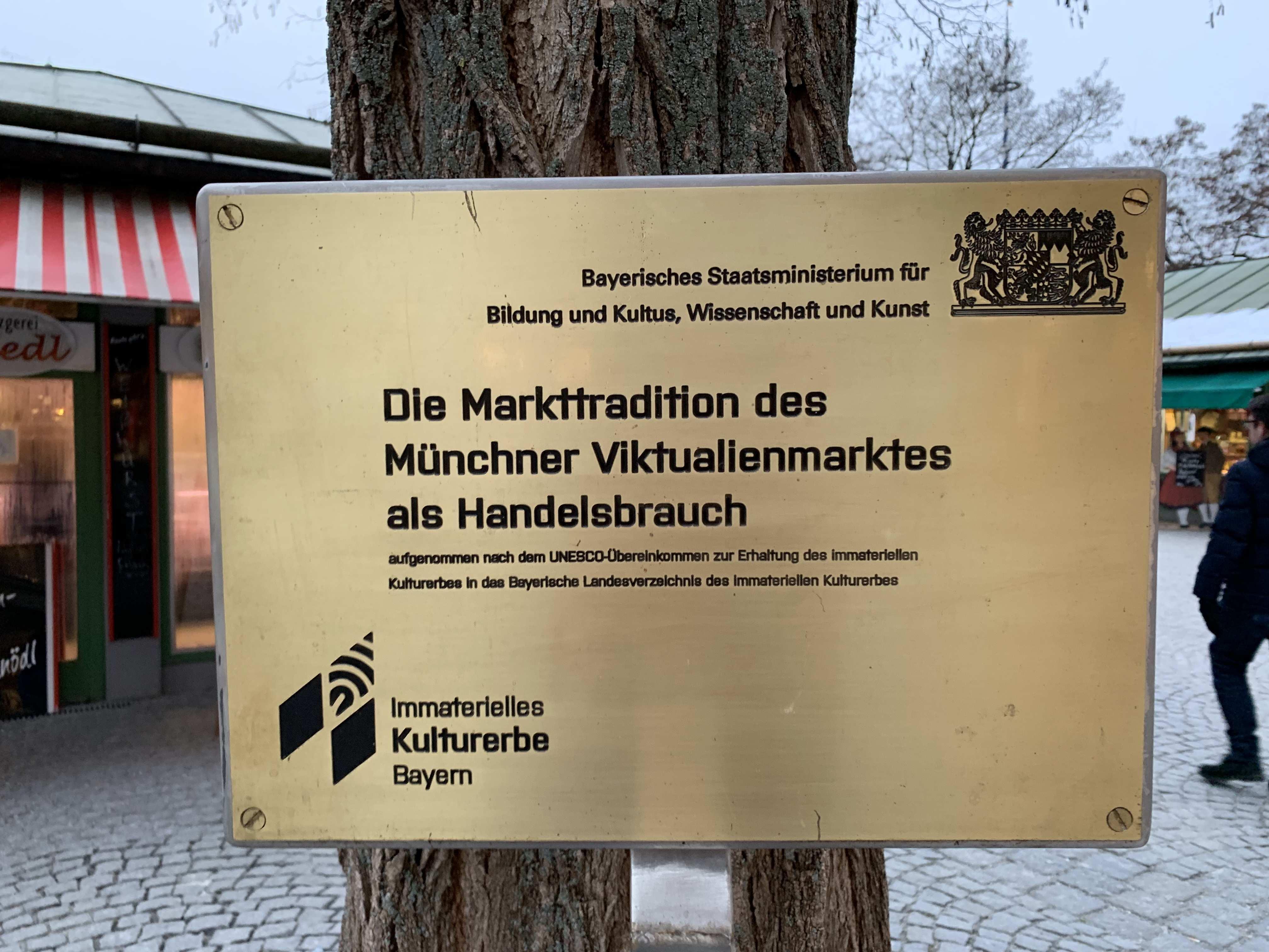 Datei Munchen Viktualienmarkt Immaterielles Kulturerbes Bayern Hinweisschild Jpg Wikipedia