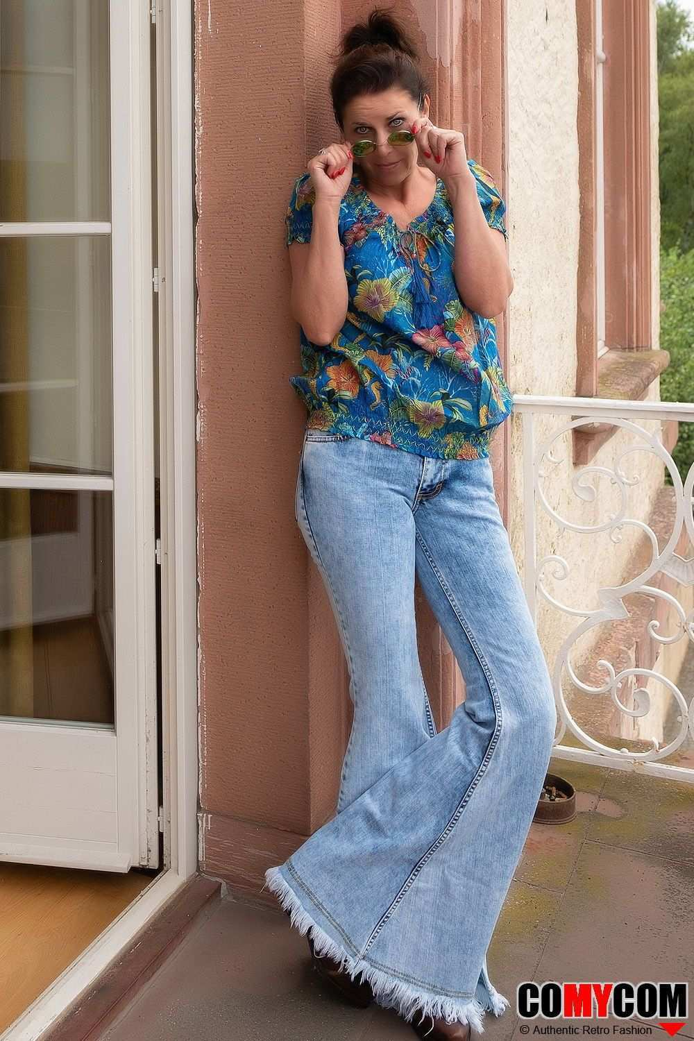 Mega Jeans With Flare Mega Flare Or Flare Jeans With Monster Flare Cool Retro Women S Blouse And A Pair Of Jean 70er Jahre Mode Bekleidungsstile Damenblusen
