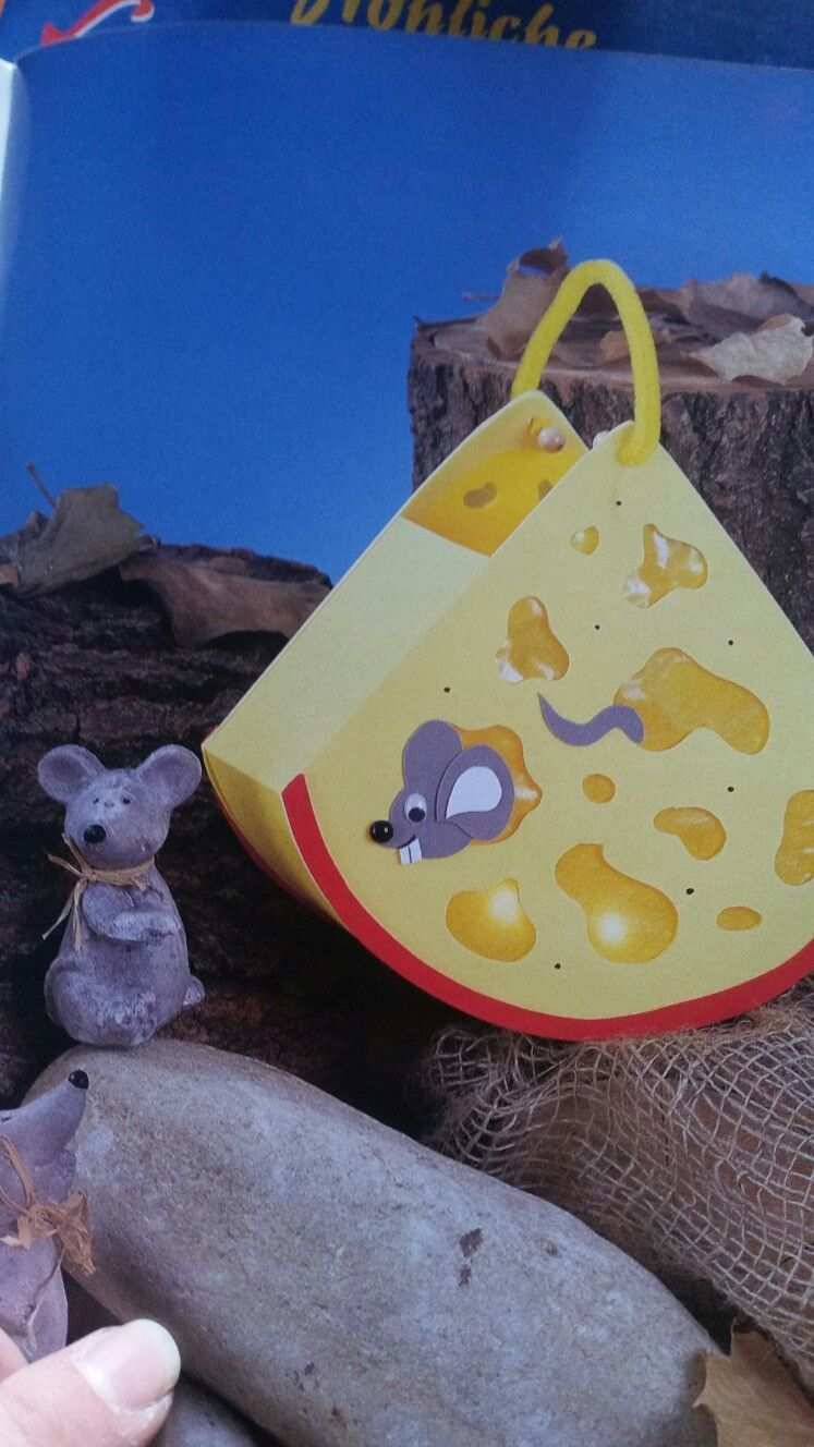 Kase Mit Maus Laterne Zu St Martin Herbstbastelnmitkindernfensterbilder Kase Mit Maus Laterne Zu St Martin Laternen Basteln Maus Basteln Maus