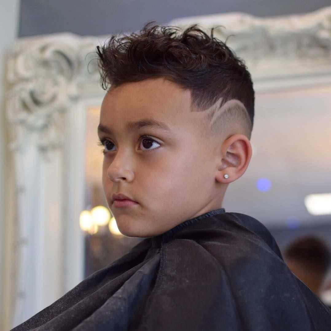 Jungen Mit Locken 30 Susse Und Pflegeleichte Kinderfrisuren Jungen Mit Lock Jungen Trendige Jungs Frisuren Kinder Haarschnitte Frisuren Fur Kleine Jungs