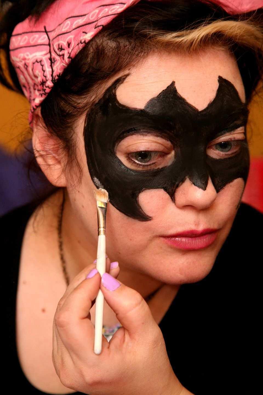 Fledermaus Schminken Schritt Fur Schritt Anleitung Halloween Zenideen Fledermaus Schminken Fledermaus Schminken Kind Gesicht Schminken