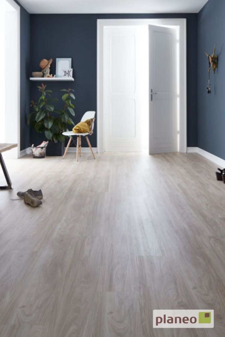 Klick Vinyl Landhausdiele In Angenehm Warmer Eichenoptik Kombiniert Mit Dunkelblauer Wandfarbe Einfach Kos Bodengestaltung Vinylboden Eiche Wohnzimmer Design