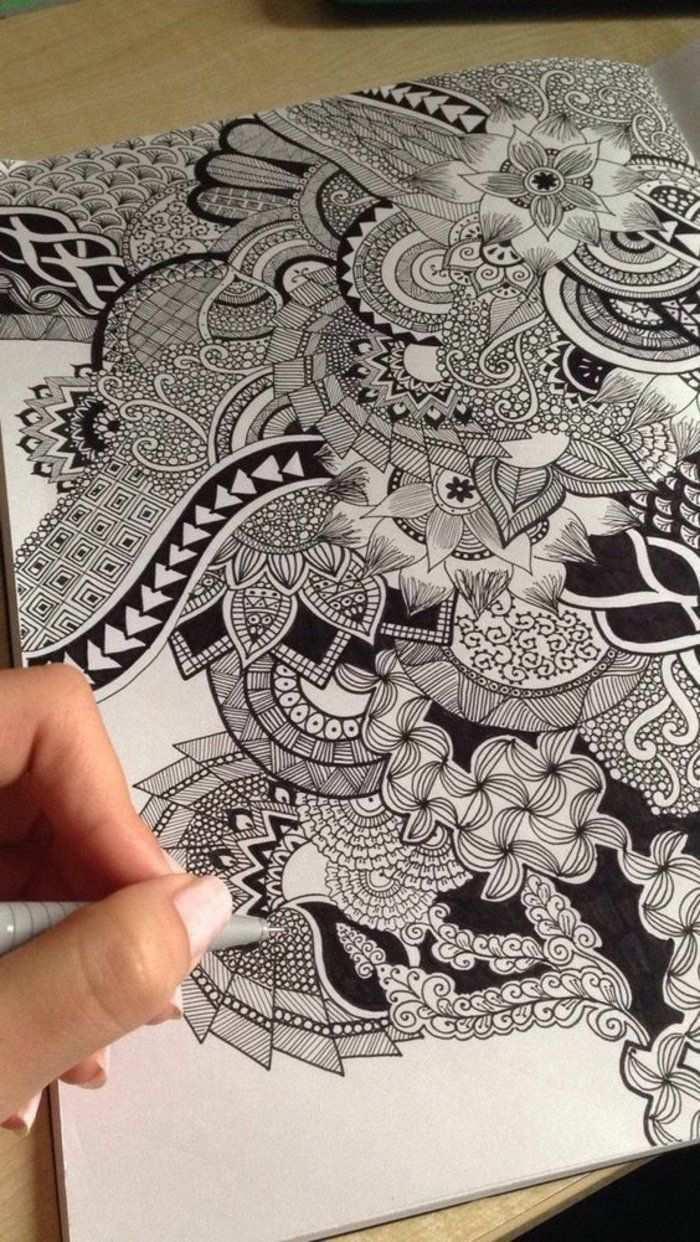 Mandala Vorlagen Bilder Zum Ausmalen Eine Malende Frau Mit Weissem Nagellack Schreibtisch Aus Hol Mandala Malen Anleitung Bilder Zum Ausmalen Zentangle Kunst