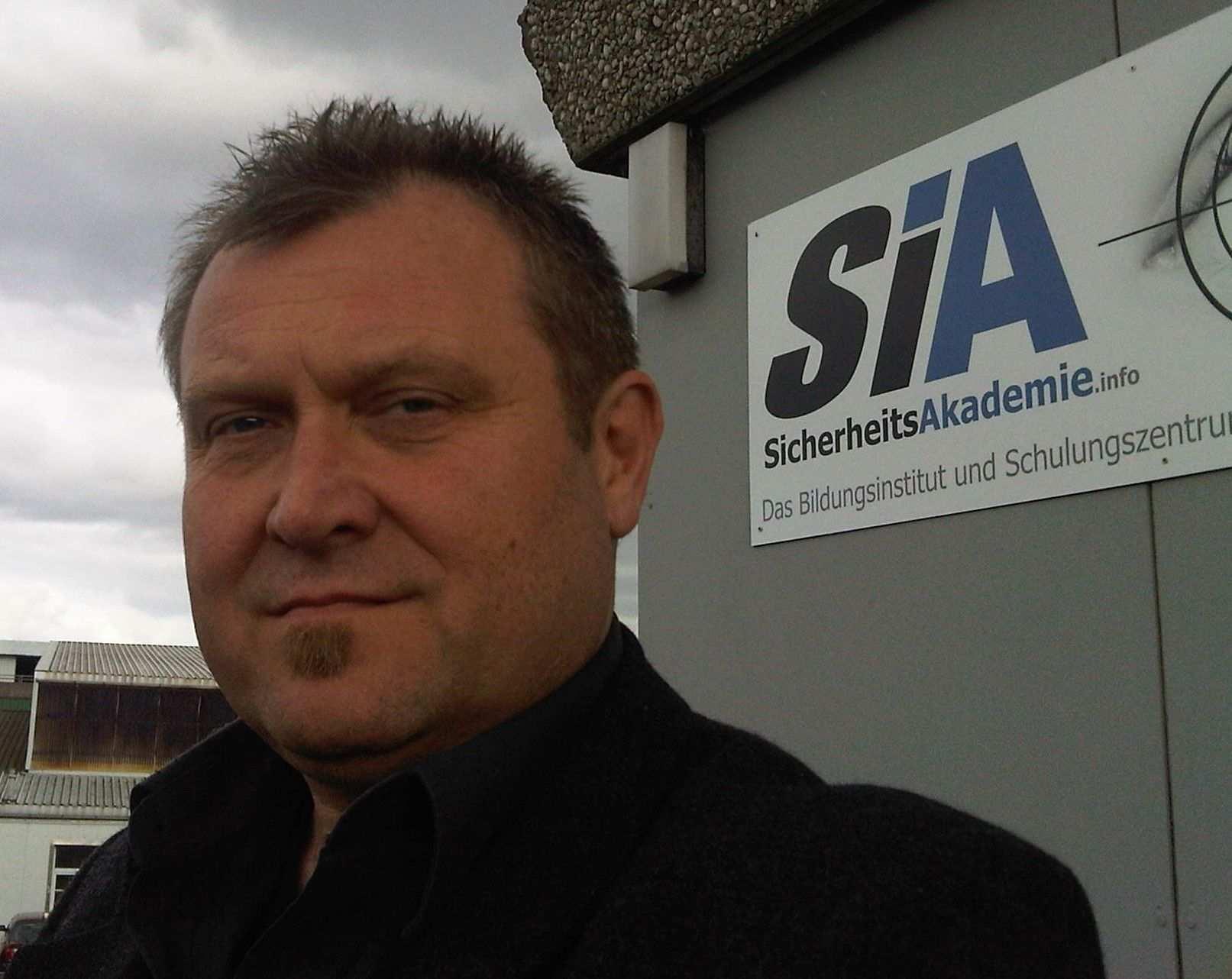 Jan Lederer Inhaber Und Lizenzgeber Der Marke Sia Sicherheitsakademie Vor Der Damaligen Niederlassung In Kiel Sachkundeprufung Sachkunde Weiterbildung