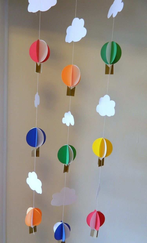Realiser Un Mobile Pour Bebe Diy Des Nuages En Papier Blanc Et Des Ballons A Air Chaud Tridimensionnels Colores Mobile Bebe Decoration Creche Diy Creche