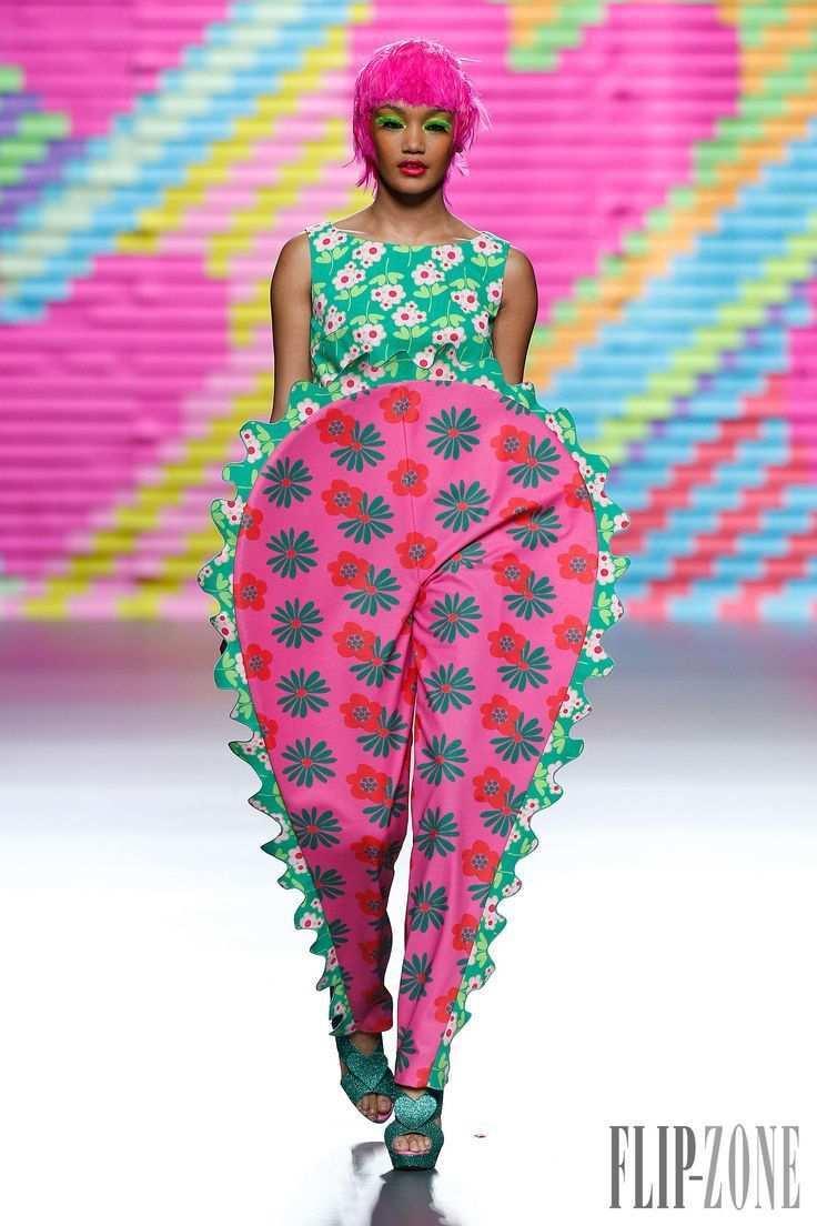 Agatha Ruiz De La Prada Printemps Ete 2015 Pret A Porter Http Fr Flip Zone Com Fashion Ready To Wear In Bunte Mode Seltsame Mode Schrullige Art Und Weise