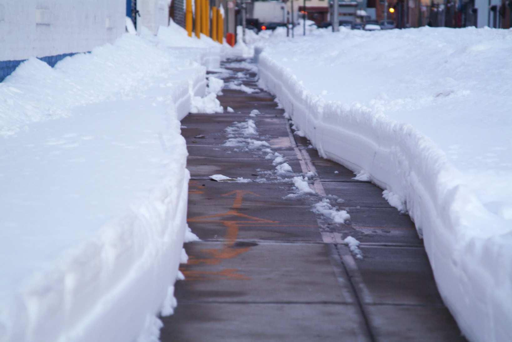 Winterdienst In Verkehrsberuhigter Zone Fahrbahn Und Gehweg