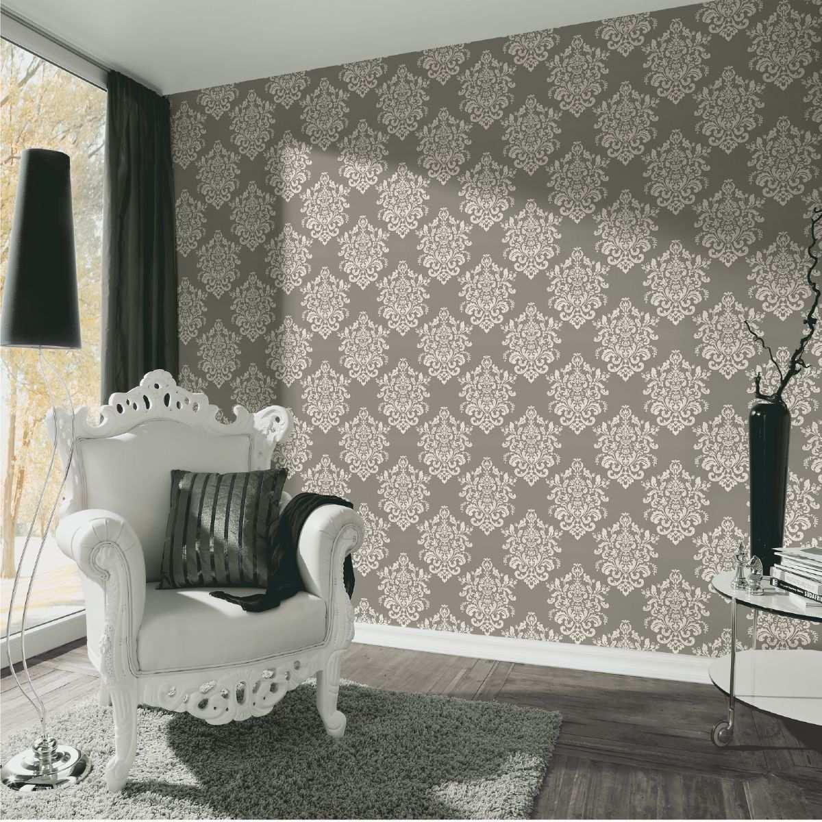 Zimmer Mit Extravaganter Barock Tapete Mit Muster In Weiss Und Grau Und Modern Interpretiertem Barock Sessel Wohnzimmer Stil Barock Tapete Tapeten