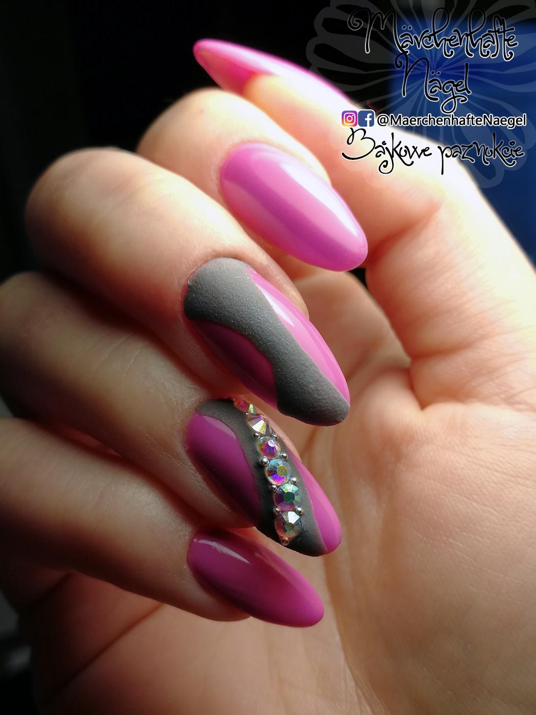 Pink Nails With Matt Design In Grey And Swarovski Crystalls Sorane Naegel Mit Einem Grauem Mattem Muster Und Swarovski Steinen Ro Mit Bildern Pinke Nagel Nails Nageldesign
