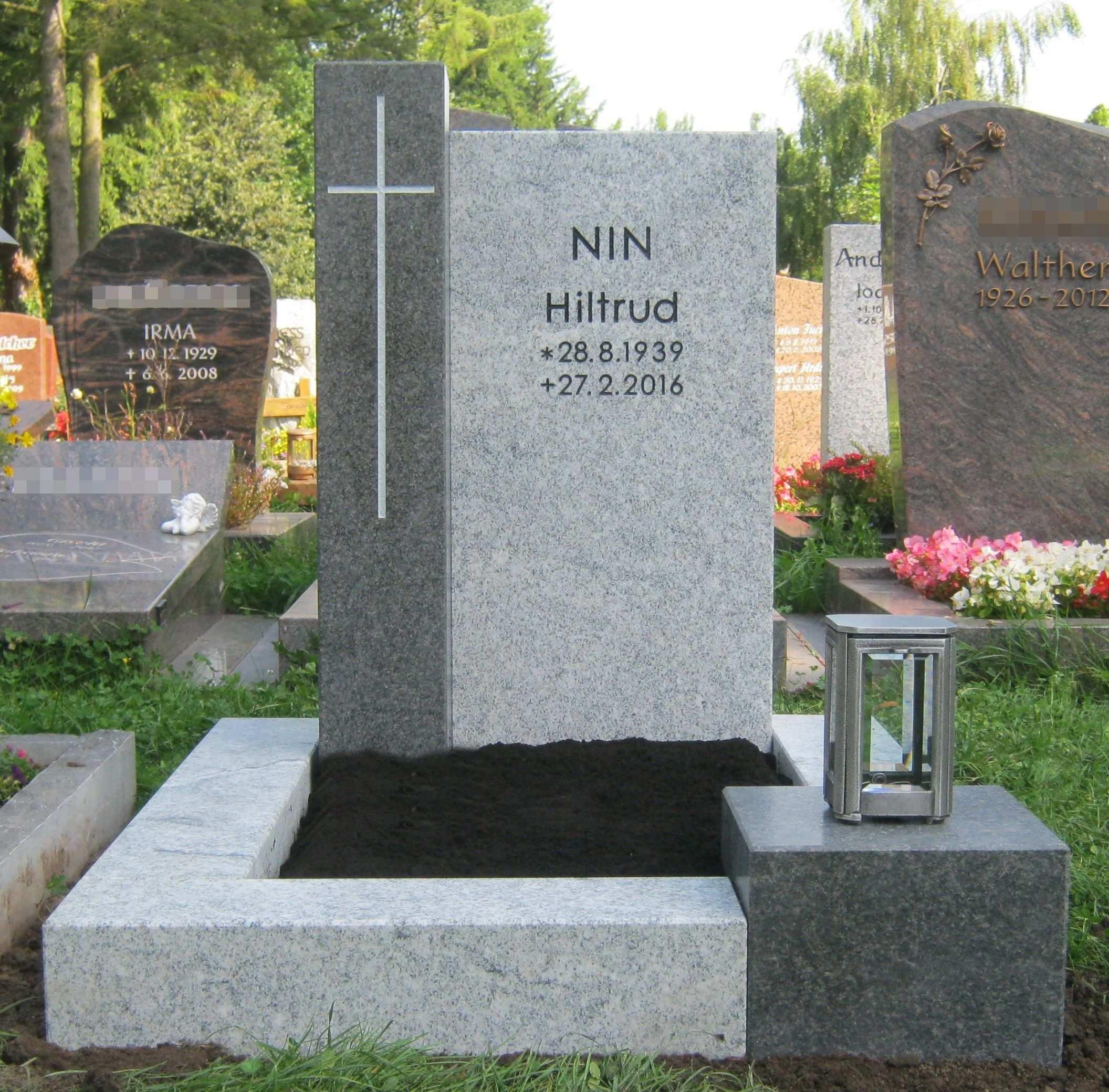 Zweifarbiger Grabstein Mit Ornament Kreuz Grabstein Urnengrab Urnengrabsteine