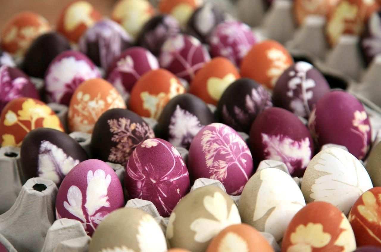 Farbenfrohe Ostern Ostereier Ostereier Verzieren Ostereier Naturlich Farben