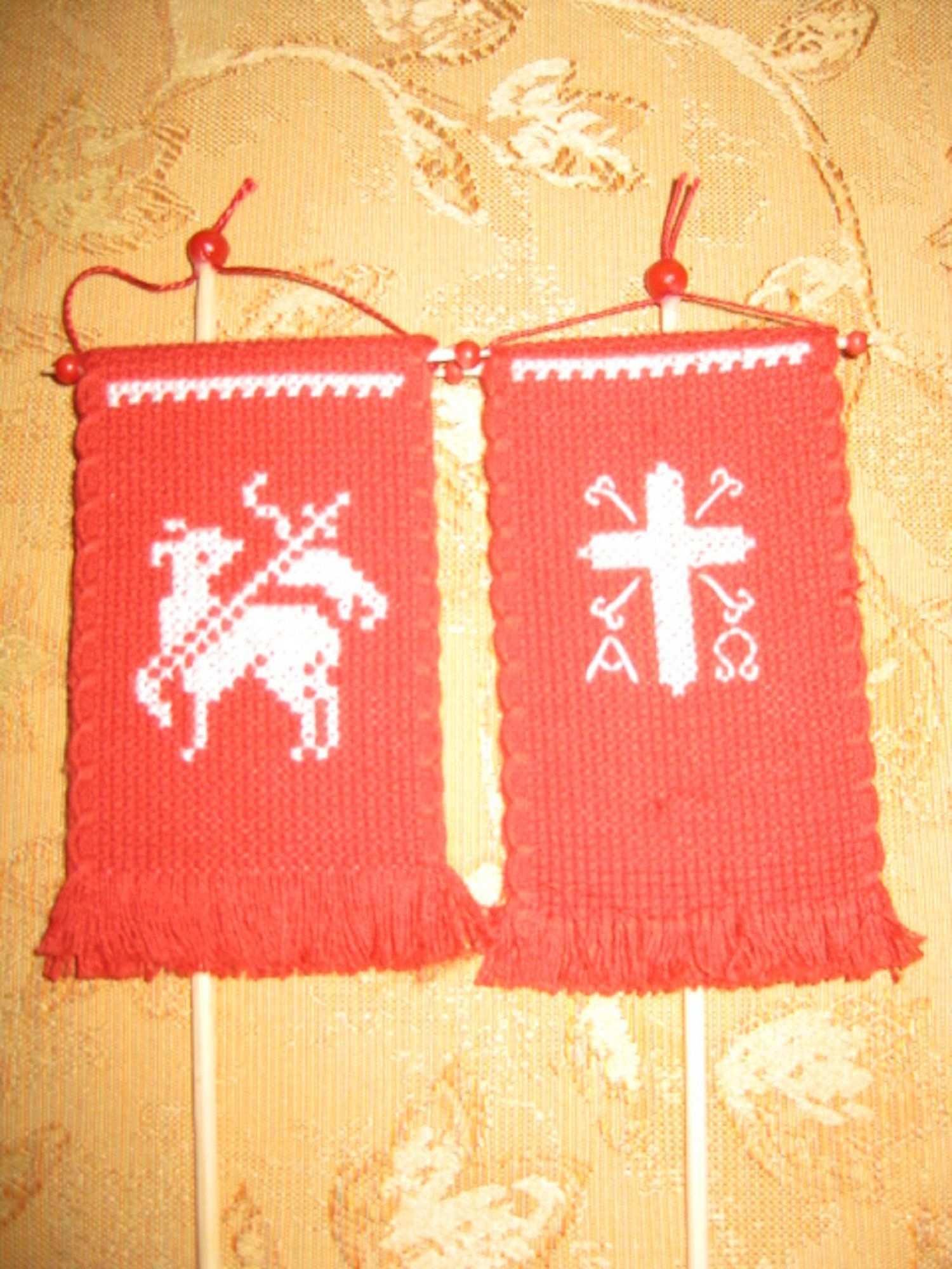 Traditionell Doppelseitig Handgesticktes Fahnchen Fur Etsy Sticken Holzperlen Sticken Kreuzstich