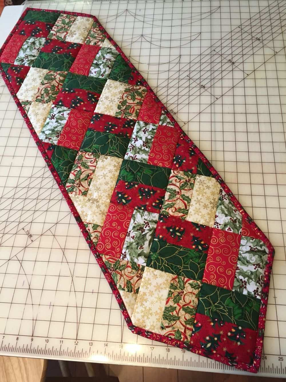 Easy Table Runner Neneng Quilt Projects Pinterest Easy Patchwork In 2020 Quilted Table Runners Patterns Quilted Table Runners Christmas Patchwork Table Runner
