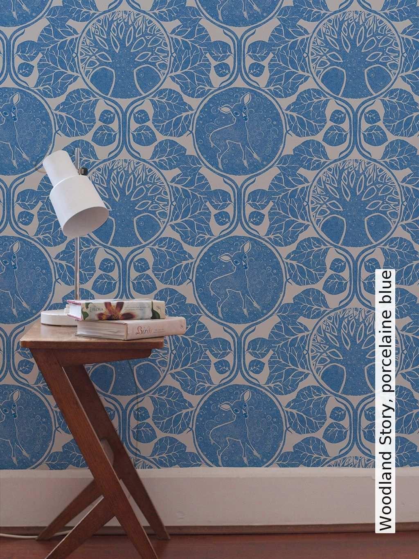 Tapete Woodland Story Porcelaine Blue Camilla Meijer Tapetenagentur De Tapeten Wandtapete Tapeten Ideen